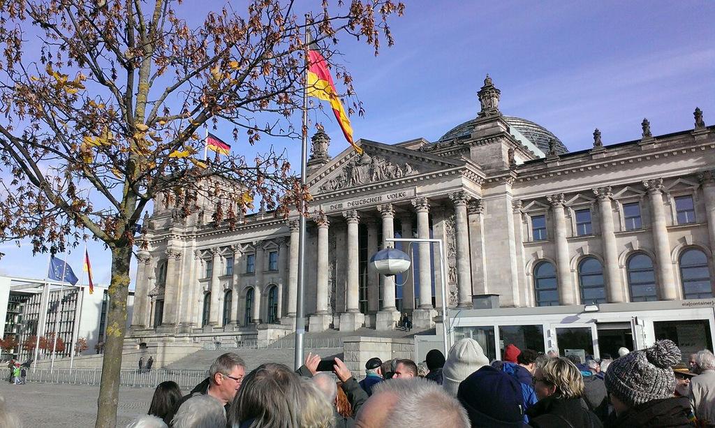 Vor dem Reichtstagsgebäude